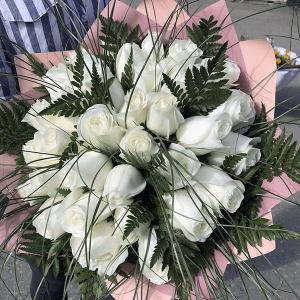 Шикарный букет белых роз