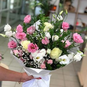 Нежный букет  с розами эустомой